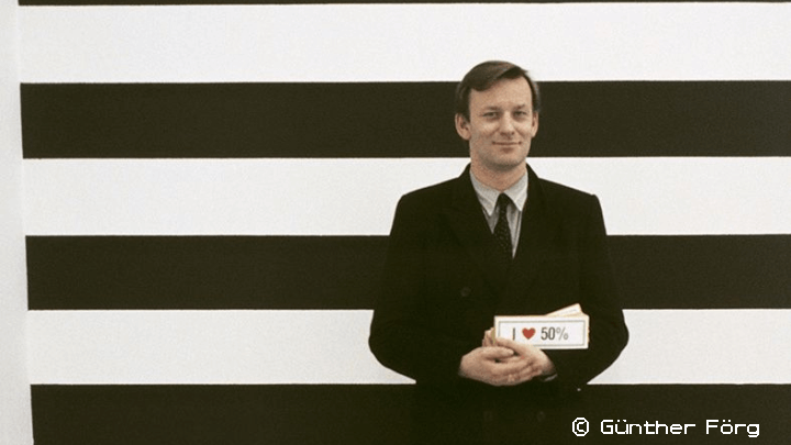 Martin Kippenberger vor einer Wandarbeit von Günther Förg, Galerie Max Hetzler, Köln 1985 © Foto: Estate Günther Förg, Suisse / VG Bild-Kunst, Bonn 2019 